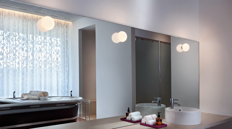 In deze badkamer zien we de Flos Mini Glo Ball wandlampen.